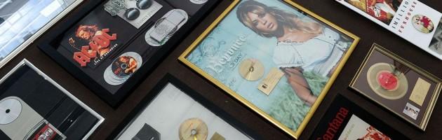 Sony Music versteigert 150 Awards für den guten Zweck
